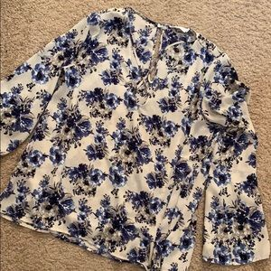 🚨5/$20!! Bell sleeve floral top